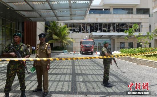 斯里蘭卡多個教堂和高級酒店4月21日復活節當天發生爆炸,已造成數百人傷亡。目前尚無組織或個人宣稱對爆炸案負責,斯里蘭卡安全官員正展開調查,總理維克勒馬辛哈譴責了系列爆炸案,召開緊急會議應對。圖爲斯里蘭卡首都科倫坡發生爆炸的酒店已被封鎖。
