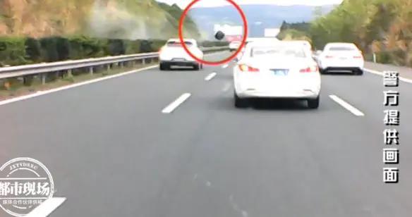 惊魂未定!高速上突然飞来一轮胎,多辆小车紧急变道