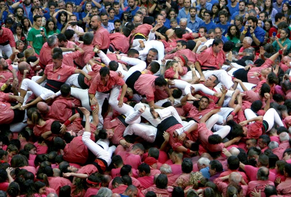 密集恐惧!西班牙6000人玩叠罗汉大赛 有人受伤倒地
