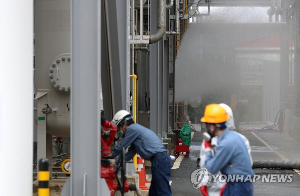 工厂工人检查事故现场设备。