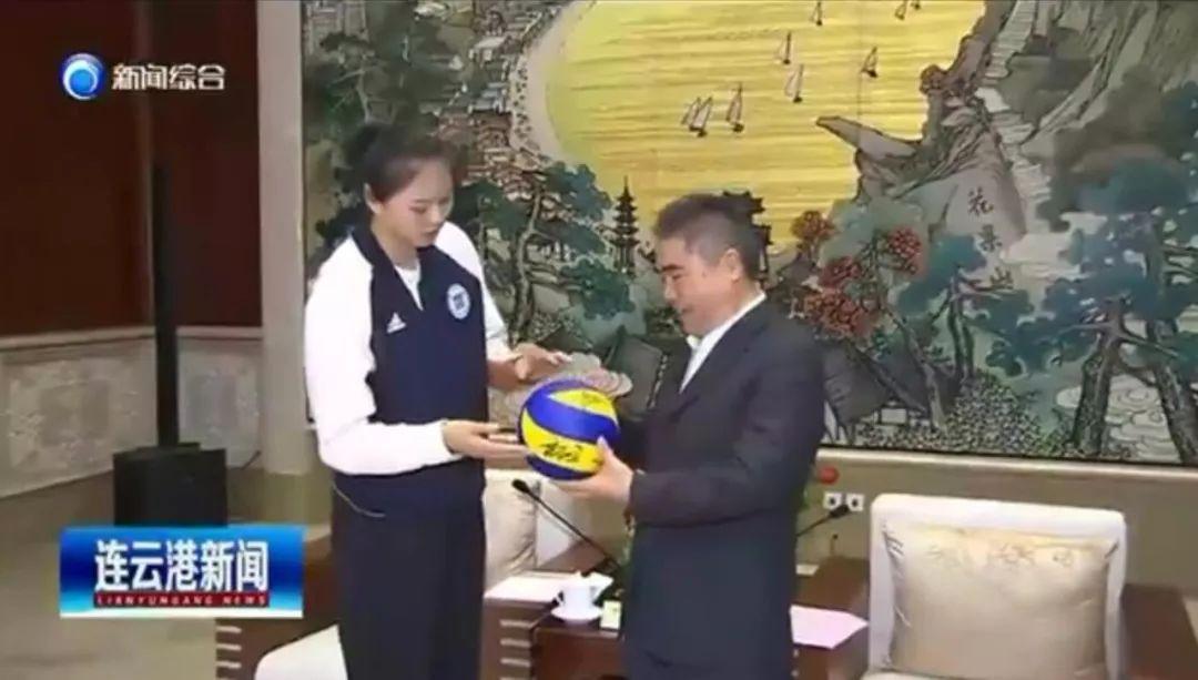龚翔宇背项雪龙赠予中国女排署名排球