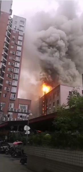 四川射洪一大楼突发火灾,火苗从底楼窜到楼顶,暂无人员伤亡