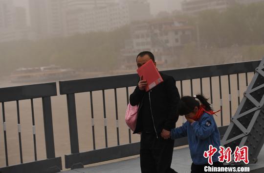 """沙尘暴侵袭兰州 黄河""""水天一色"""""""