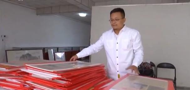 """济宁""""80后""""收藏新中国成立当天老报纸 献礼壮丽70年"""