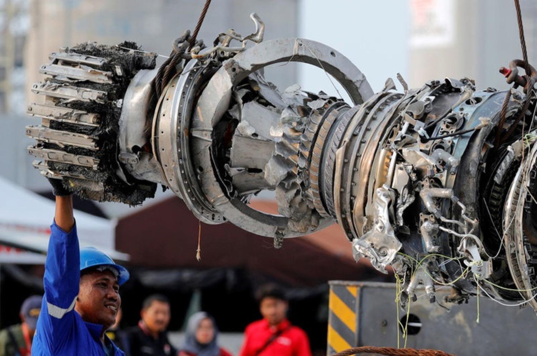 2018年11月4日,印尼方面找到失事航班JT610客機引擎。 圖源:路透社