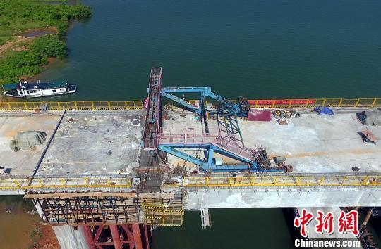 5月16日,经过连续作业,昌赣高铁泰和赣江特大桥顺利合龙,全桥贯通。 刘占昆 摄