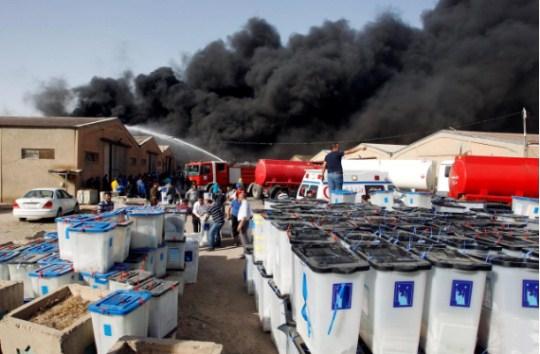 浓烟从巴格达一处票仓升起(图片来源:路透社)