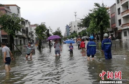 """直击台风登陆地广东台山:街道内涝变""""河流"""""""