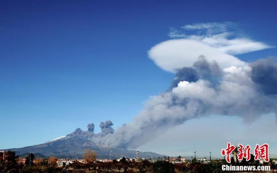 意大利埃特纳火山喷发 大量火山灰喷向天空