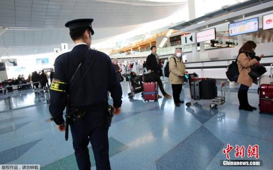 資料圖:一名日本東京都警視廳反恐小組的警察在羽田機場國際到達航站樓內執勤。