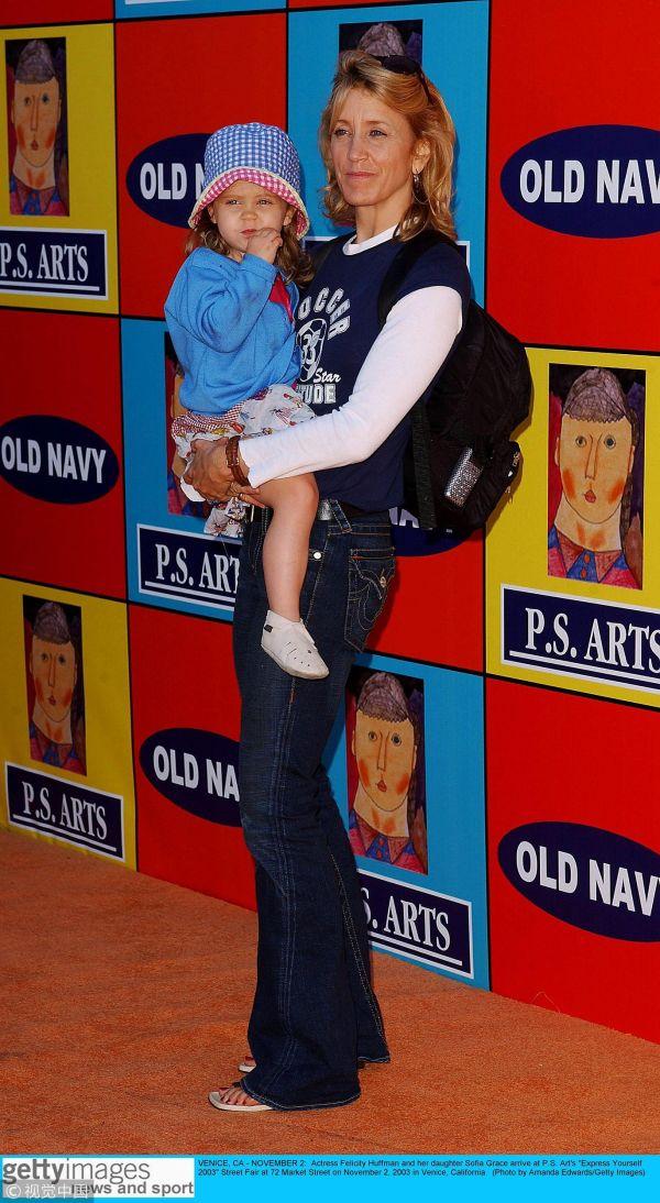 赫夫曼抱着年幼的女儿。(视觉中国)