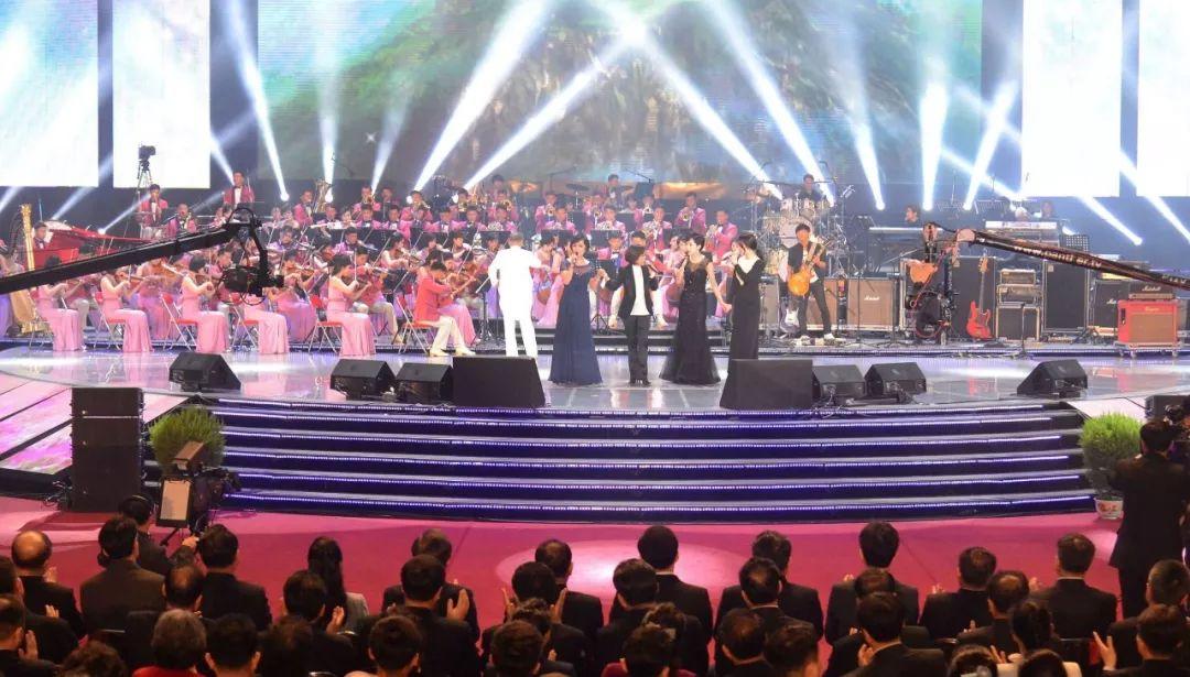 这是4月3日在朝鲜首都平壤柳京郑周永体育馆举行的的朝韩演出现场。新华社/朝中社