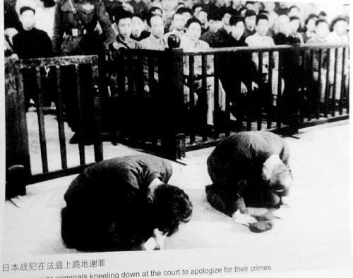 日本战犯叩首赔罪(沈阳早报)