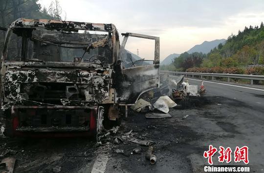 5月10日凌晨,G45大广高速(江西上高往修水方向,修水境内)一满载冰箱的大货车起火。 徐勇 摄