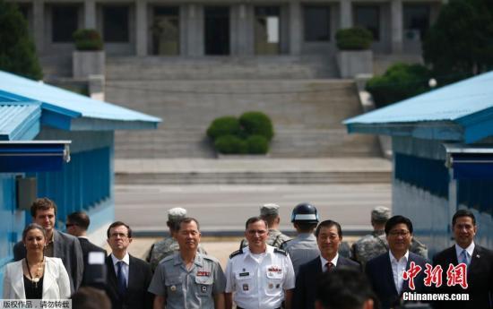 当地时间2014年7月27日,韩美联合司令部官员在板门店合影,纪念朝鲜战争停战61周年。