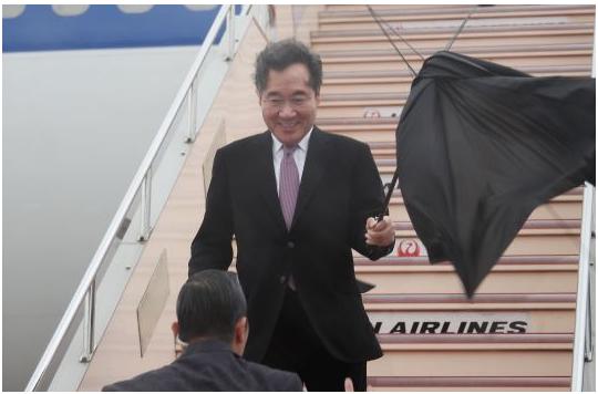 李洛渊的伞被微风吹破 图源:《百姓日报》