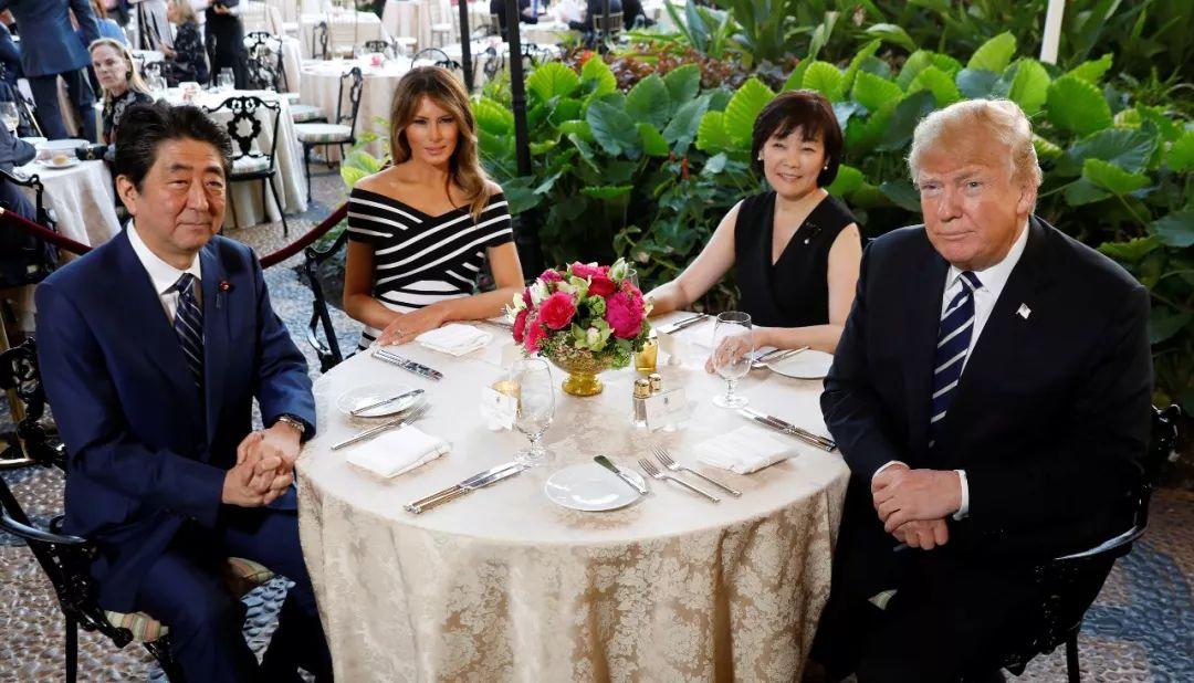 美国总统特朗普携夫人在佛罗里达州海湖庄园宴请到访的日本首相安倍晋三夫妇。新华社/路透