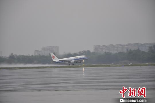 截至10时40分,雷暴天气已累计导致成都机场70余个航班受影响。 吕俊明 摄