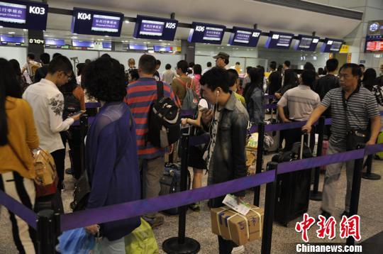 雷暴天气致大量旅客滞留成都机场。 吕俊明 摄