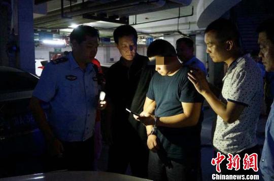 """图为河北警方抓获强行闯卡撞坏警用车辆""""奔驰男""""。警方供图"""