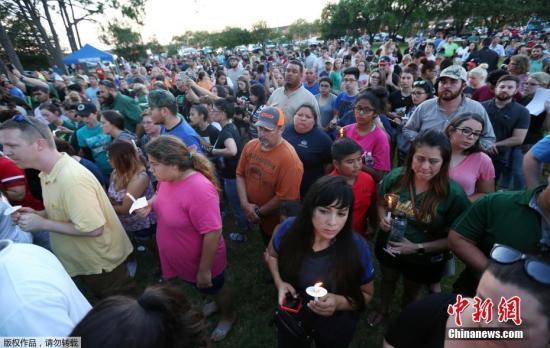 图为枪击案发生后,民众自发为遇难者哀悼。