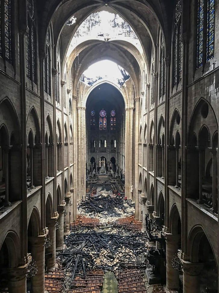 圣母院教堂内部局部地区着火。(图源:CNN)
