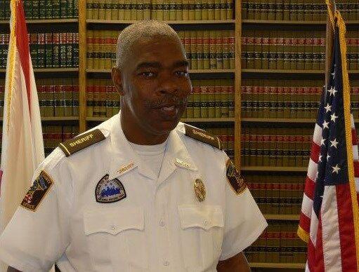 美阿拉巴马州某县警长被杀,嫌疑人是邻县副警长之子