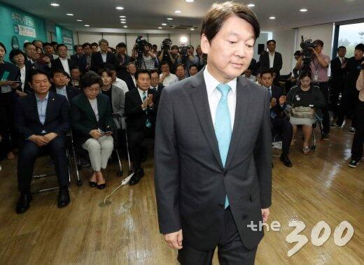 图注:正未来党首尔市长候选人安哲秀向支持者致歉