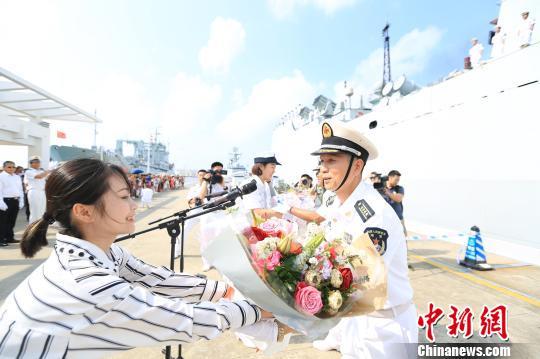 为编队首长献花。 刘鑫 摄