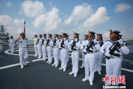 舰队政委刘明利检阅仪仗队。 李昌寰 摄