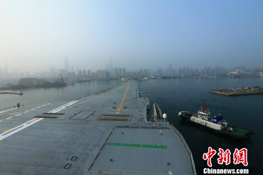 中国第二艘航母首次出海试验。 胡锴冰 摄
