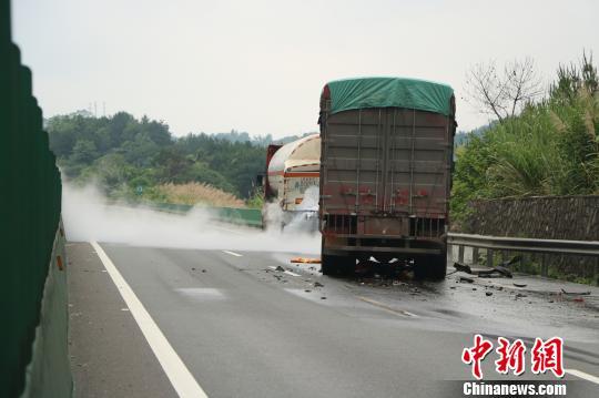 广西两车追尾致化学品泄漏 高速交通中断超24小时