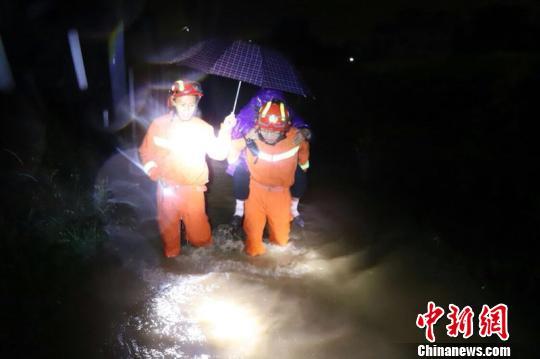 消防官兵把被困民众疏散到安全区域。 王俊虎 摄