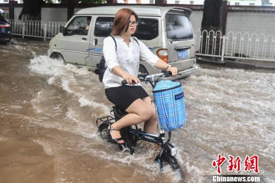 广州市民在水中骑车 陈骥<span class=
