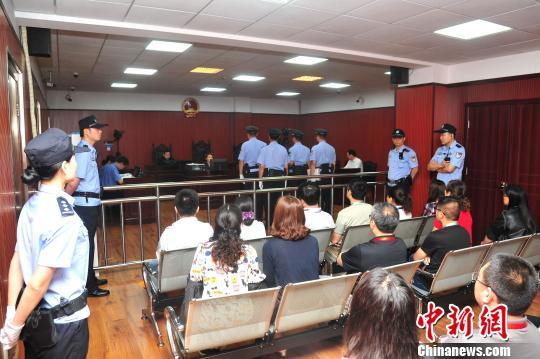 被告人近亲属、人大代表、政协委员、媒体记者及社会各界群众代表参与了旁听。法院供图