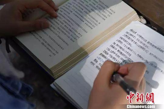 图为丁安琪在写读书笔记。来源:中国新闻网 (孙宏瑗 摄)