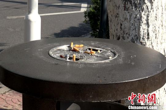 圖爲街邊垃圾桶上堆積的菸頭。 梅鐿瀧 攝