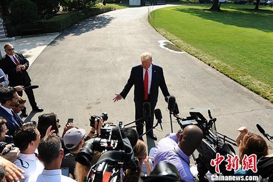 """材料图:本地工夫8月7日,好国总统特朗普正在筹办动身前去海内两起严峻枪击案事收天时道,""""我没有喜好任何情势的愤恨,对此我会做一些工作。""""中新社记者 陈孟统 摄"""