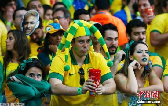 资料图:巴西球迷黯然神伤。