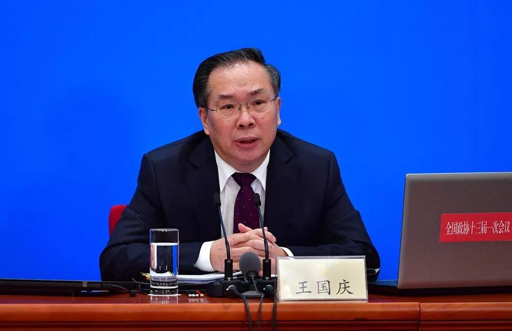 大会新闻发言人王国庆回答记者提问 人民网记者 于凯 摄