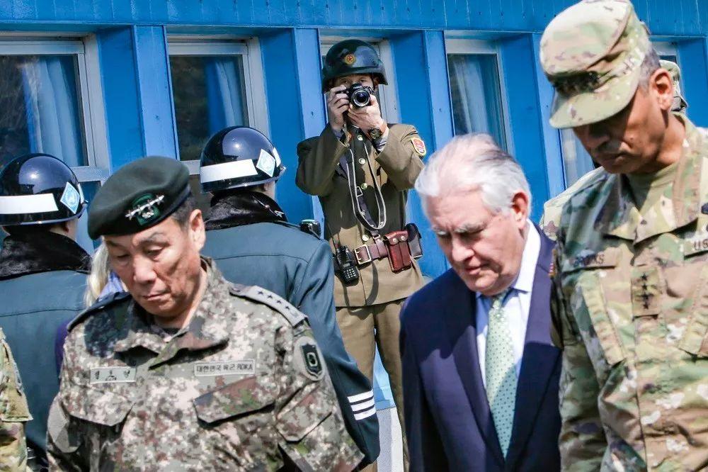 ▲上图:2017年10月27日,美国防长马蒂斯视察三八线,并发表讲话。下图:2017年3月17日,美国国务卿蒂勒森视察三八线,一名朝鲜士兵在一旁拍照。