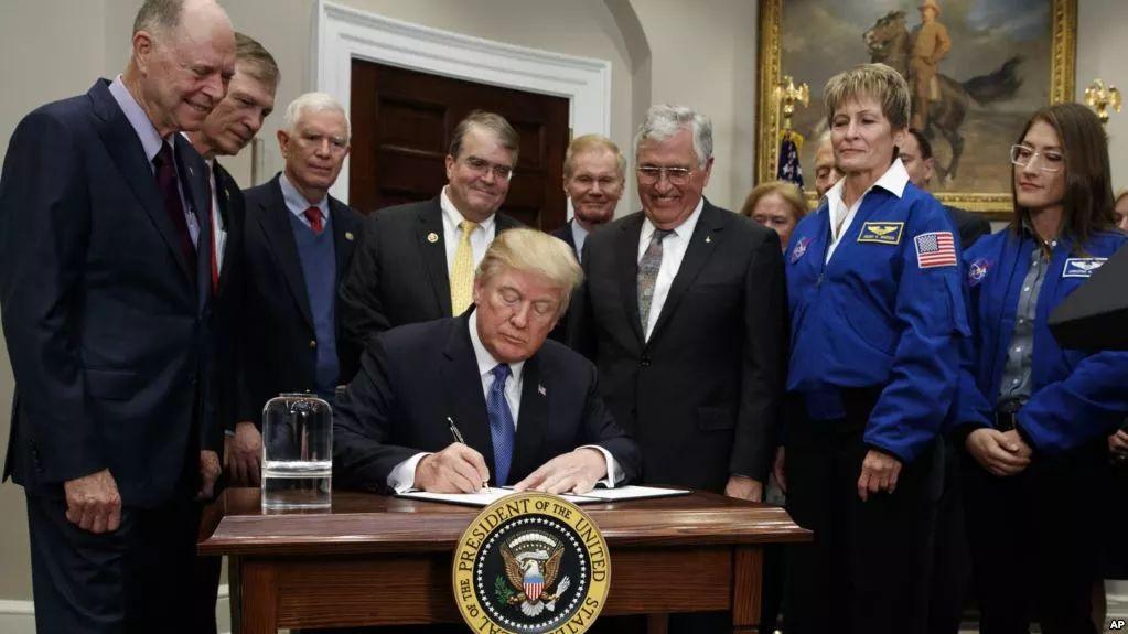 ▲12月11日,美国总统特朗普在白宫签署新太空政令,指示NASA要把美国宇航员送上月球。(美联社)