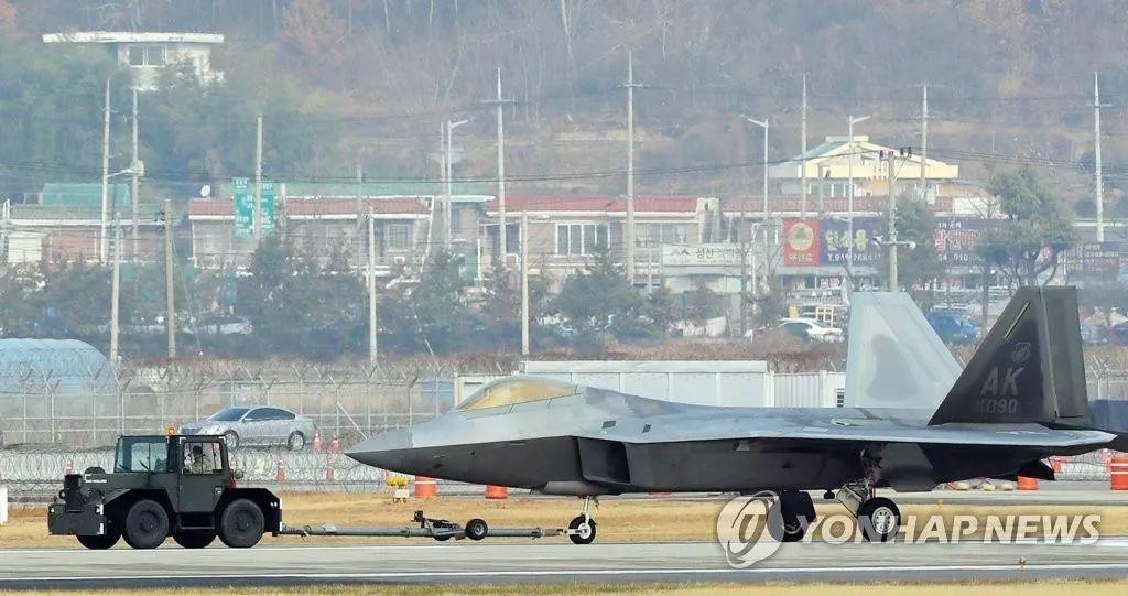 """▲12月5日,在美韩空军""""警戒王牌""""年度大规模联合演习中,美军一架F-22隐形战斗机在完成演习任务返回基地时起落架受损(上图),不得不用拖车拖入机库(下图)。"""