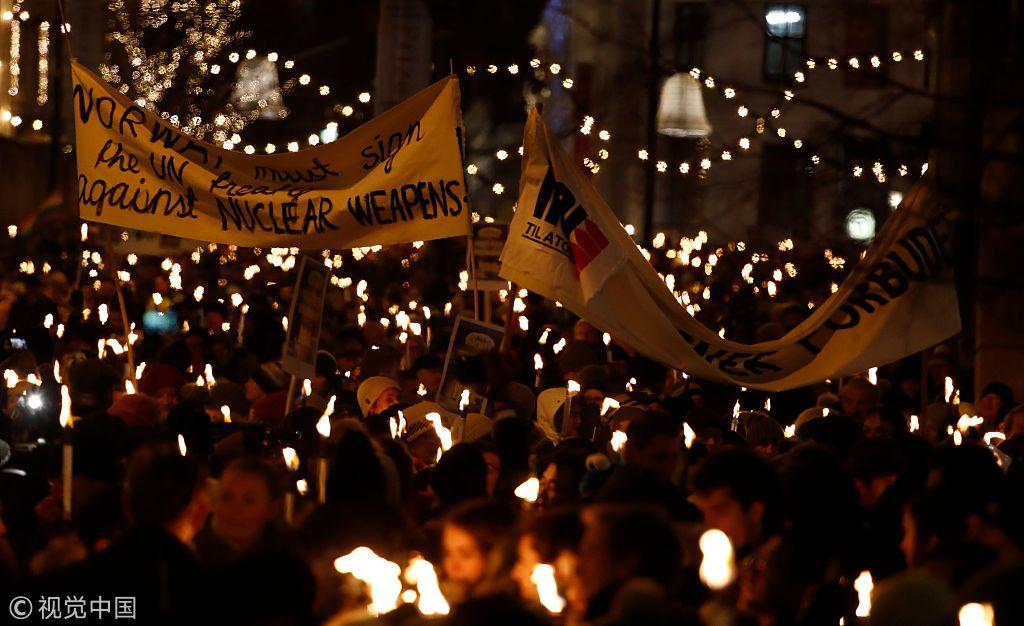 挪威民众举行火炬游行庆祝