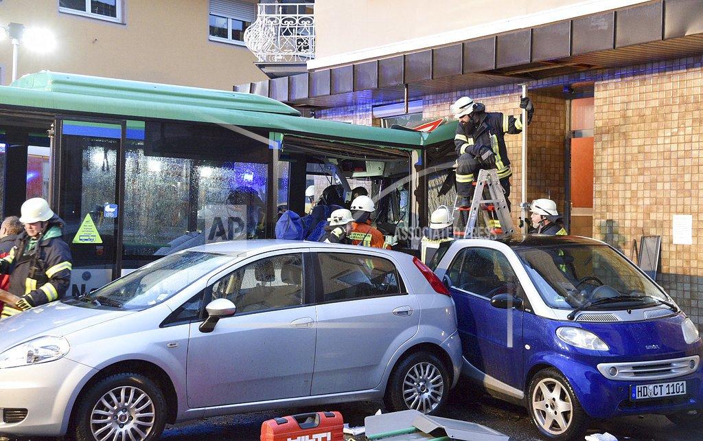 德国一校车发生交通事故 致包括学生在内至少20人伤(图)