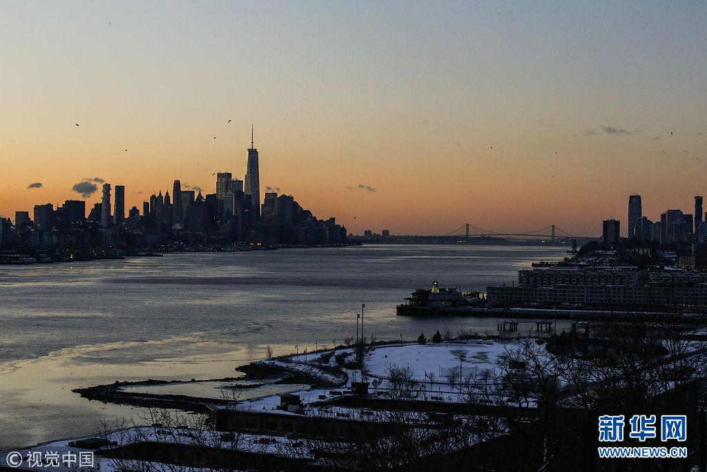 美国寒流持续 河面浮冰覆盖