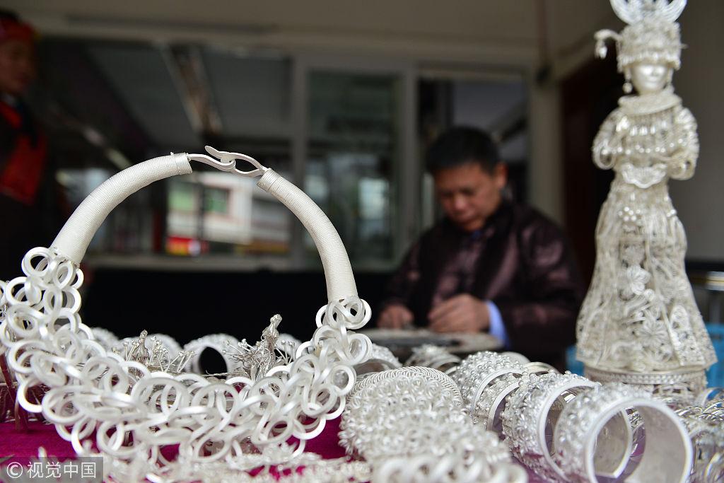 贵州凯里苗族银饰_春节来临 贵州黔东南苗族手艺人锻造银饰供应市场