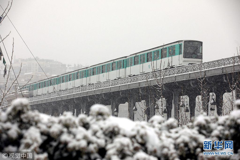 法国巴黎遭遇冰雪天气