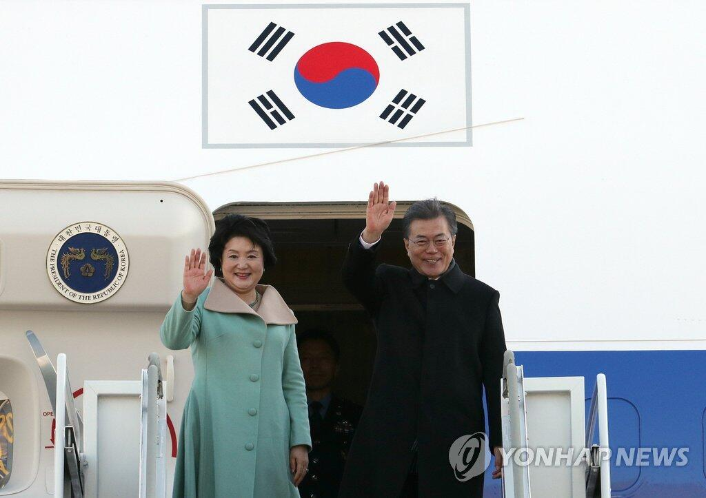 图注:韩国总统文在寅与夫人乘专机离开首尔