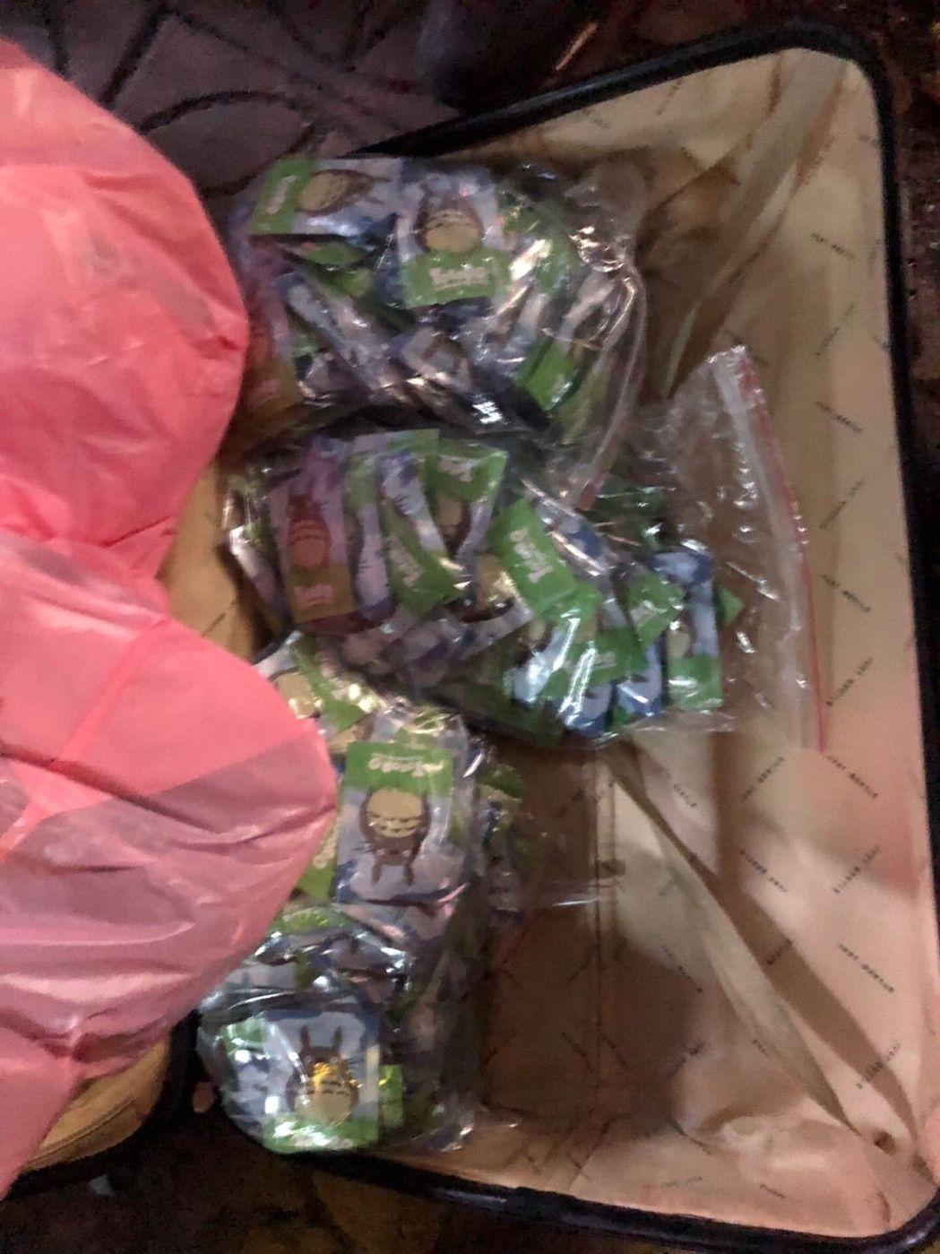 在翁姓男子的行李箱和后背包内搜出的毒品。(图片来源:台湾《联合报》)